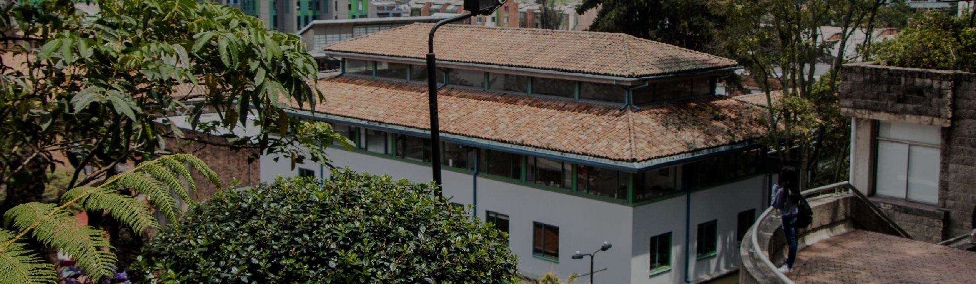 Edificio Rgc Facultad de Derecho de la Universidad de los Andes. Se ve parte de la fachada y del techo del edificio.