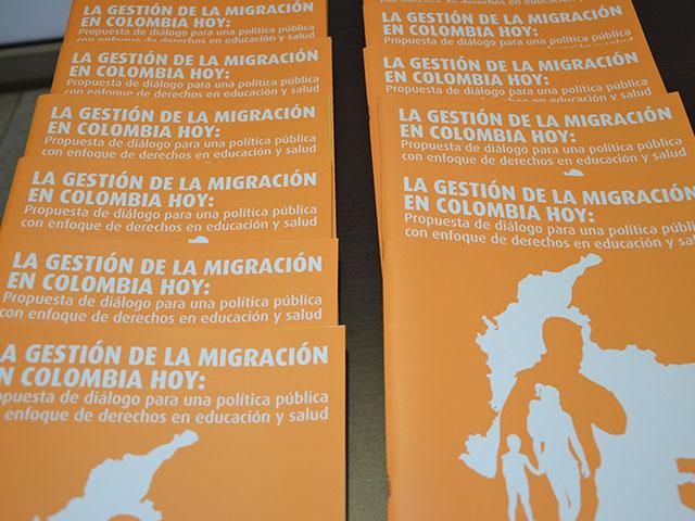 """Lanzamiento del Centro de Estudios en Migración (CEM) de la Facultad de Derecho de la Universidad de los Andes. Portadas del informe: """"La gobernanza de la migración en Colombia hoy: propuesta de diálogo para una política pública con enfoque de derechos""""."""